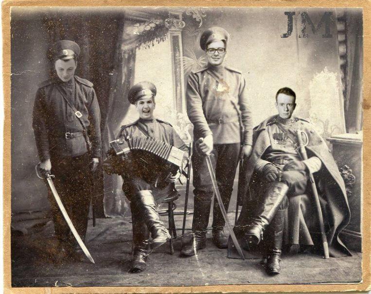 Мужской состав Just Mafia в военной форме, с саблями и гармонью