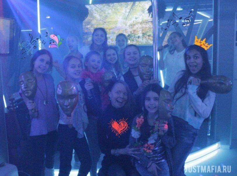 Девочки, реквизит для игры в Мафию, микрофоны, караоке, ведущая Ольга Дутова
