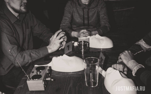 Скрещенные руки, маски и номерки