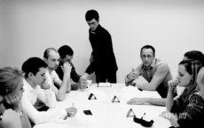 Ведущий Мафии Дмитрий руководит игрой, игроки обсуждают, кто мафия