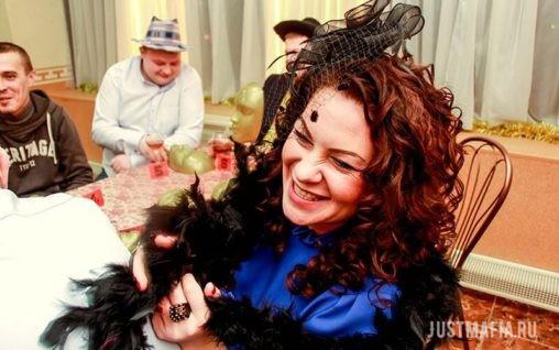 Женщина в шляпке смеется