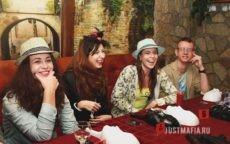 Игроки в Мафию смеются