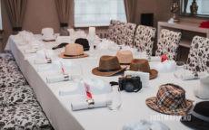 Стол со шляпами, номерками, масками и бокалами