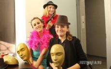 Девушки в боа, шляпах и с бутафорским оружием