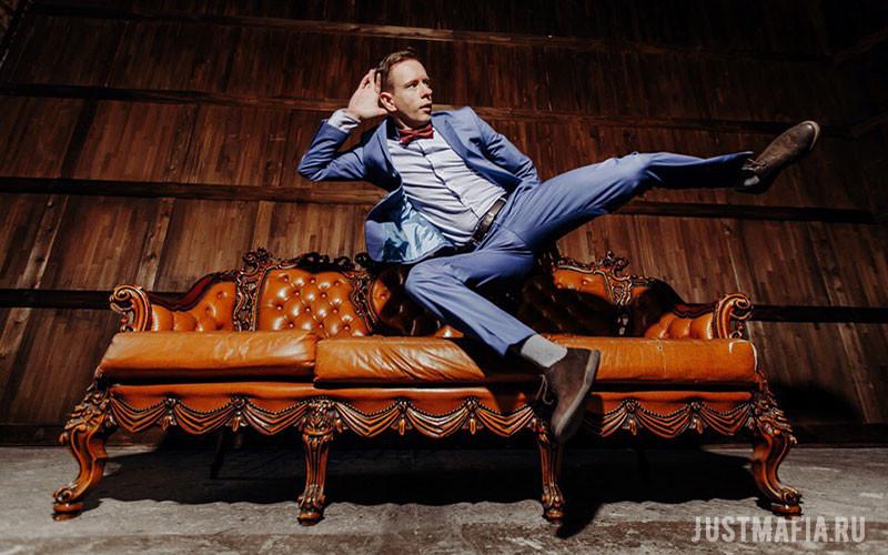 Ведущий Вячеслав пролетает над диваном