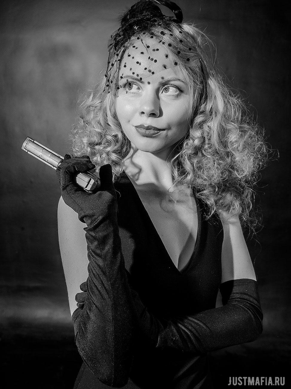 Ведущая Мафии Ольга Дутова с пистолетом