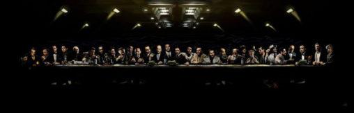 Толпа мафиози за столом, приглушенный свет