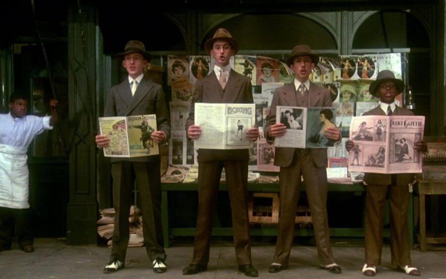 Мальчики в костюмах в стиле Чикаго держат газеты и поют