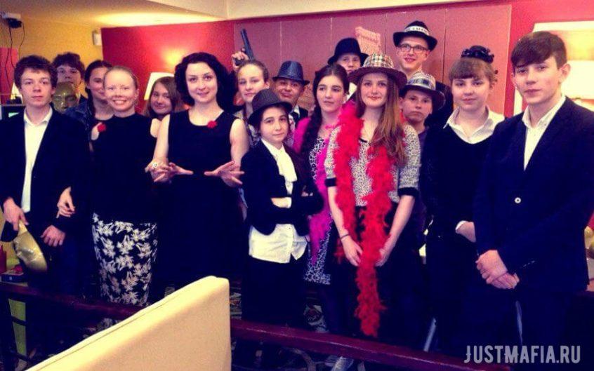 Выпускники в шляпах и боа, ведущие Ольга Дутова и Анастасия Лупачёва
