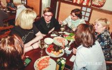 Игроки ведут обсуждение за столом
