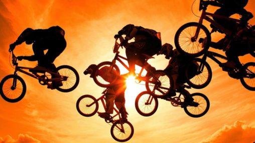 Велогонщики на фоне солнца