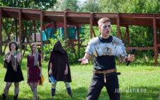 Ведущие в костюмах приветствуют участников тимбилдинга