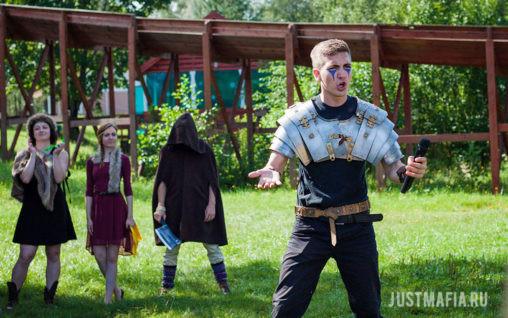 Ведущие в средневековых костюмах