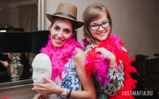 Девушки с масками, в шляпах и боа