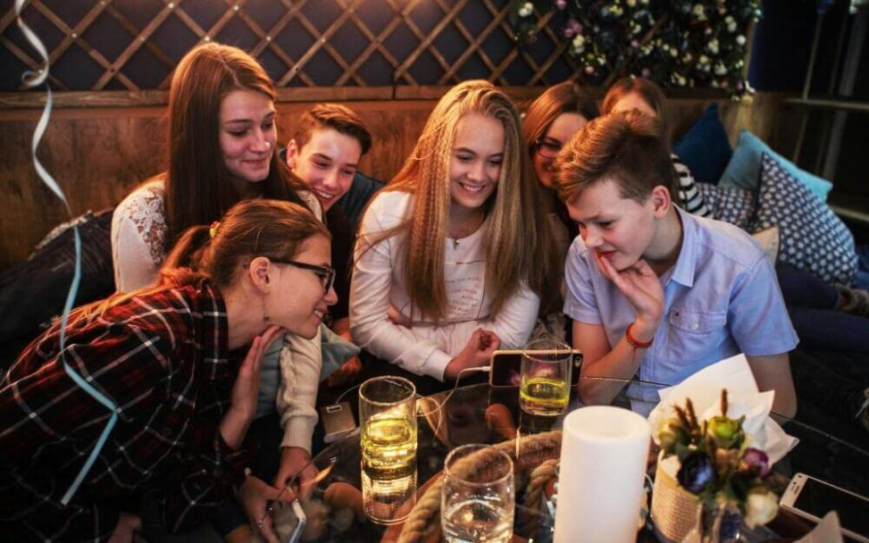 Дети улыбаются за праздничным столом