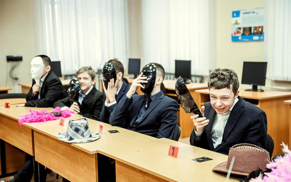 Школьник снимает маску во время ночи мафии