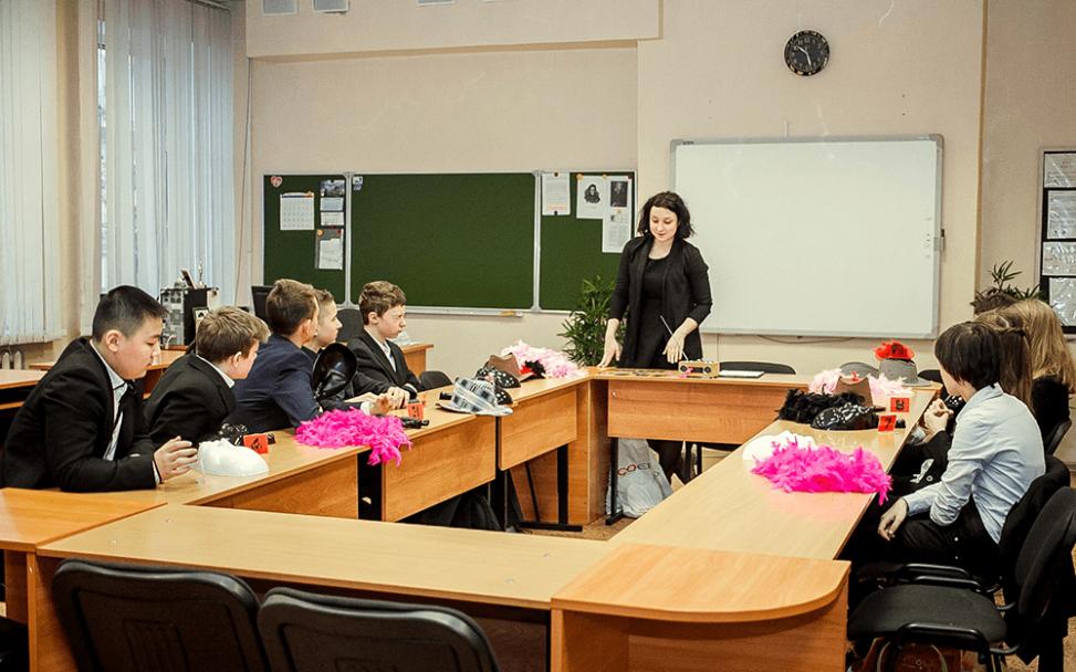 Ведущий Анастасия Лупачева проводит Мафию в классе