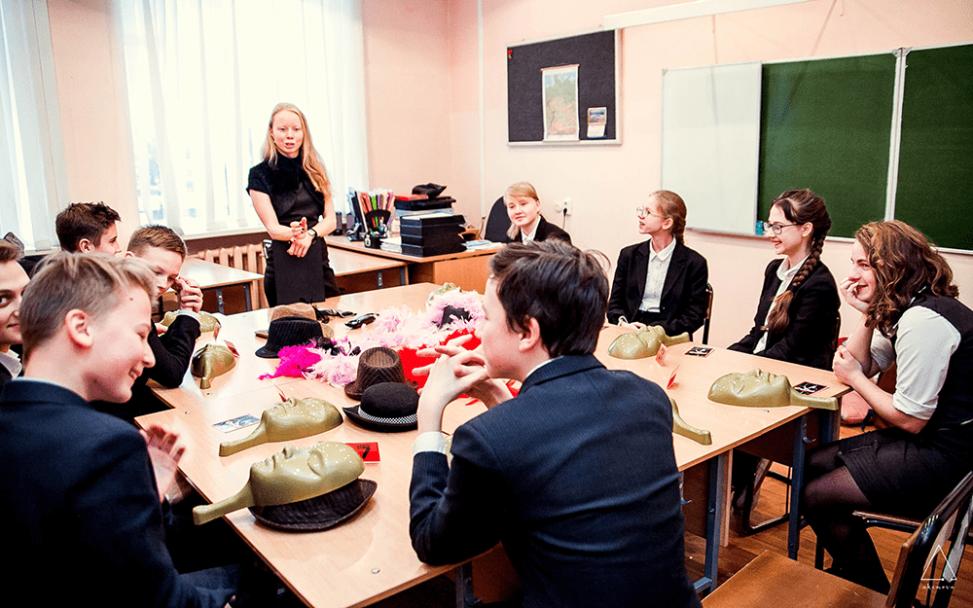 Ведущий Ольга Дутова рассказывает школьникам правила Мафии