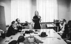 Ведущий Мафии Ольга, реквизит, парта, школьники