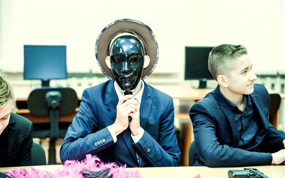 Уши ученика выглядывют из-под маски