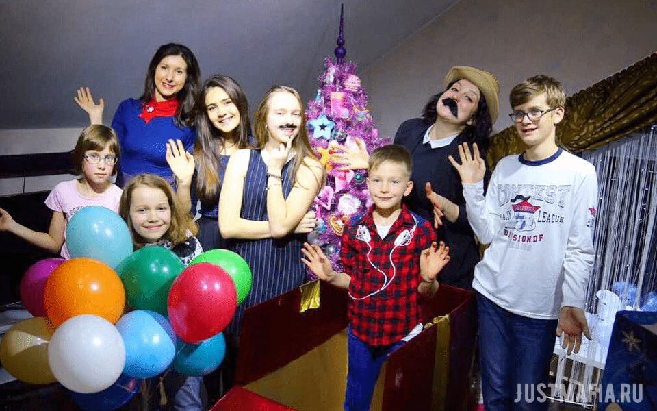 Ведущие Елена и Анастасия, дети разных возрастов, новогодний антураж