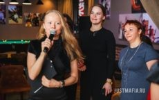 Ведущий Ольга Дутова проводит Подмосковные вечера