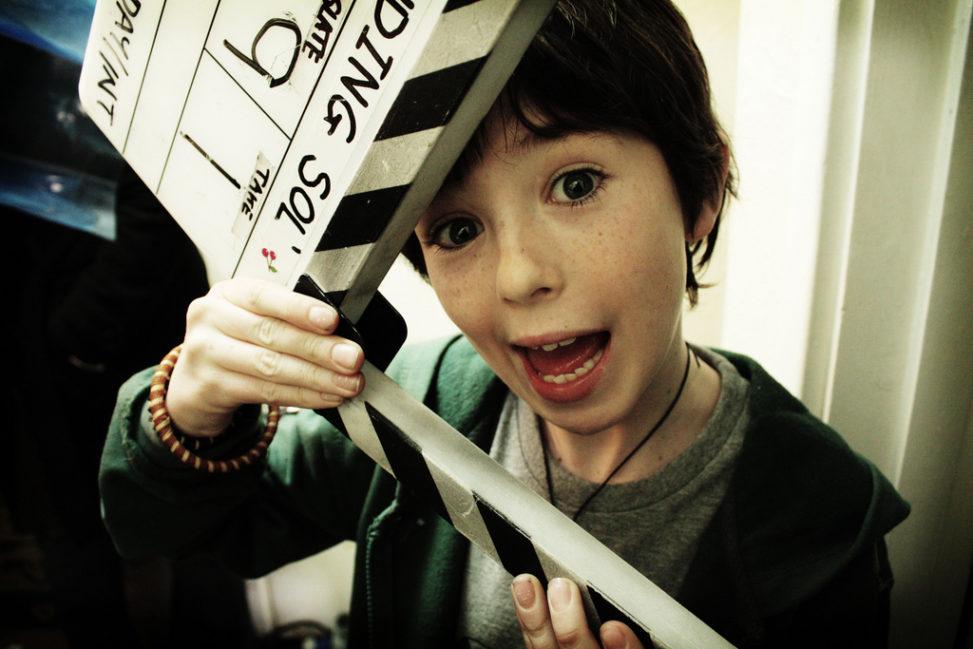 Ребенок с режиссерской хлопушкой