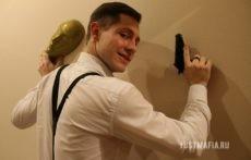 Ведущий Мафии Пётр с маской и пистолетом