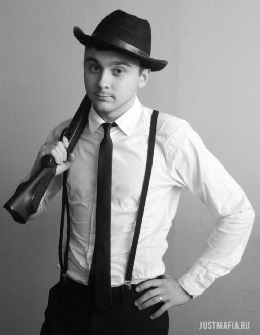 Ведущий Мафии Вадим с ружьём и в шляпе