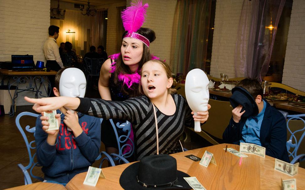 Ведущий Мафии Софья проводит игру для детей