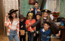Ведущий Мафии Александр, дети в пиратских костюмах