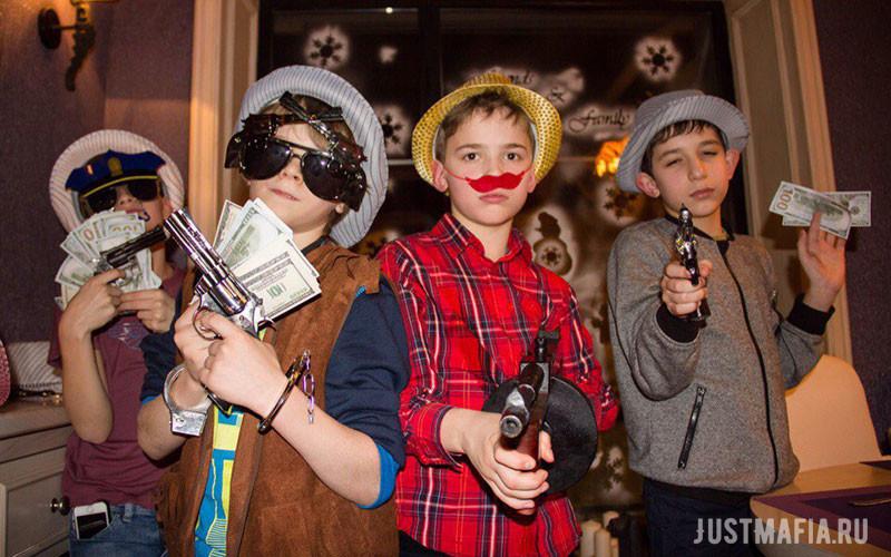 Мальчики в шляпах, очках, с бутафорскими усами и пистолетами