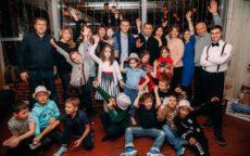 Ведущий Мафии Максим, счастливые дети и родители
