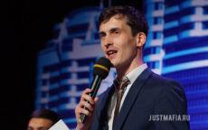 Ведущий Дмитрий с микрофоном