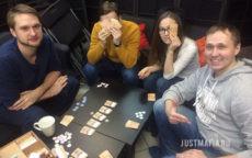 Молодые люди играют в «Эмоциональный интеллект»
