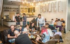 Ведущий и игроки с кальянами играют в настольные игры в кафе