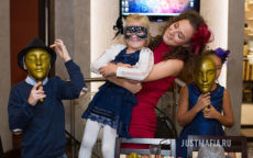 Ведущая Мафии Юлия обнимает ребенка