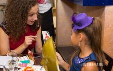 Ведущая Мафии Юлия объясняет детям правила игры