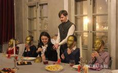 Ведущий Мафии Александр в средневековом костюме, дети в масках, стол со свечами