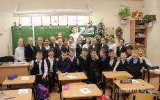 Ведущий Мафии Александр, школьный класс, ученики на фоне классной доски
