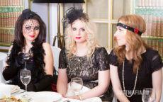 Три девушки в нарядах и аксессуарах в стиле Чикаго