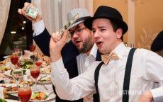 Мужчины в костюмах в стиле Чикаго трясут долларами