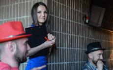 Ведущий Мафии Анна Мирная с игроками