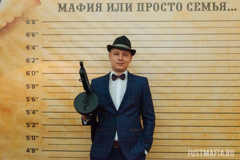 Ведущий Мафии Антон на фоне ростомера