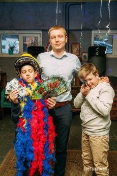 Ведущий Мафии Антон с детьми в реквизите