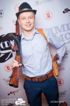 Ведущий Мафии Антон с автоматом гангстера