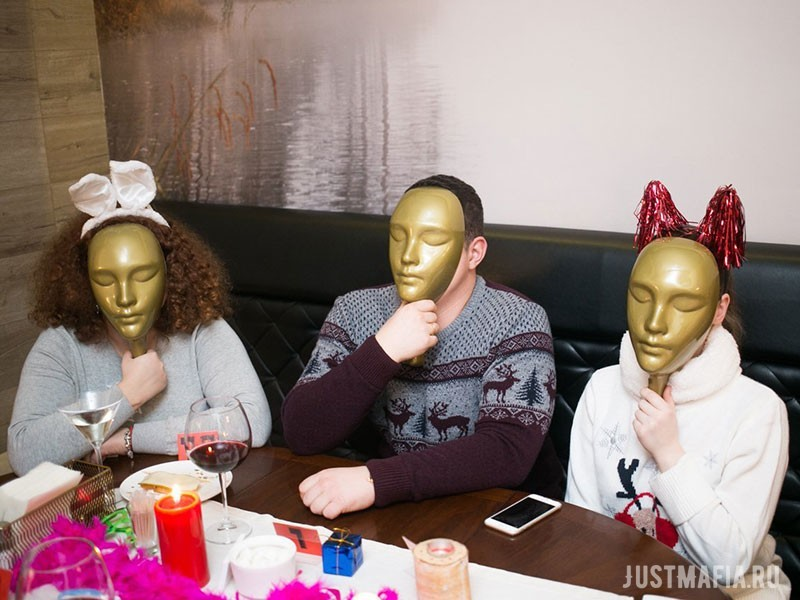 Игроки в свитерах с зимними узорами прячут лица за масками