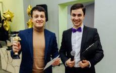 Ведущий Мафии Максим с микрофоном, гость с «Оскаром»