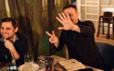 Ведущий Мафии Руслан показывает игрокам номер семь