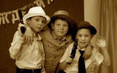 Мальчики в шляпах и с игрушечными пистолетами